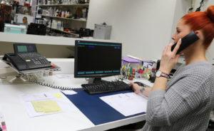 Nicole Schmid nimmt am Telefon einen Bestellung entgegen